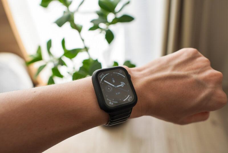 Apple Watchの保護ケースを付けて腕に付ける