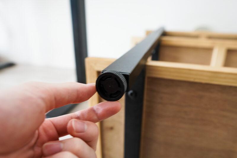 カフェコーナーの3段シェルフを組み立てる3