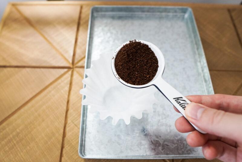コーヒー粉をセットしている様子